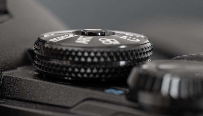 E-M1 Mark IIのモードダイヤルのロックボタン